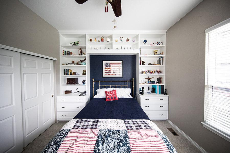 bố trí nội thất phòng ngủ nhỏ bằng kệ