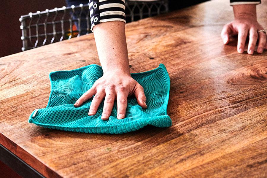 cách làm sạch bàn ghế gỗ vec ni