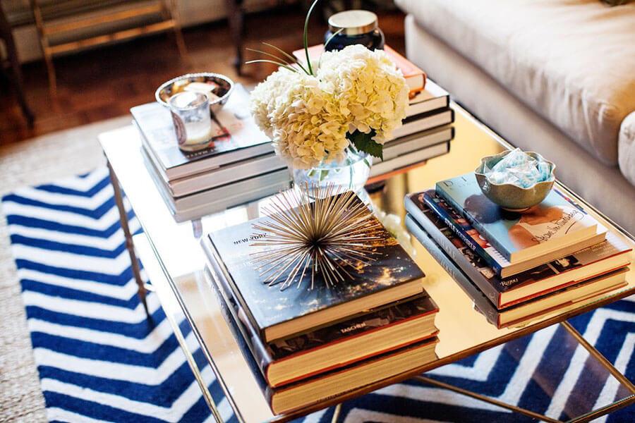 trang trí bàn cà phê bằng sách